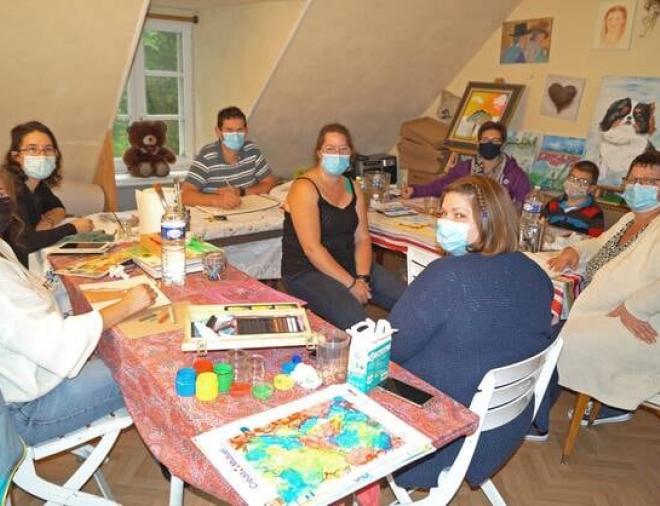 Virginie, au centre, apporte ses conseils à l'ensemble des participants à la Ruche d'art. | OUEST-FRANCE
